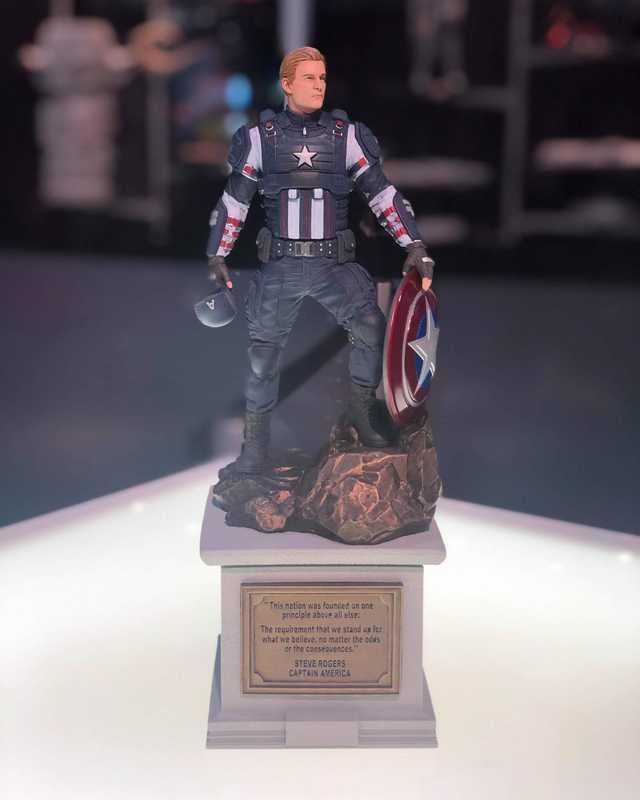 """Hall H son las primeras personas en el mundo en ver la estatua, traída por  @BillRosemann  ! Una estatua de 12 """"a todo color del Capitán América, pintada a mano por los artesanos de Gentle Giant Studios, la estatua de PVC de alta calidad deluxe muestra al héroe icónico de pie con orgullo."""