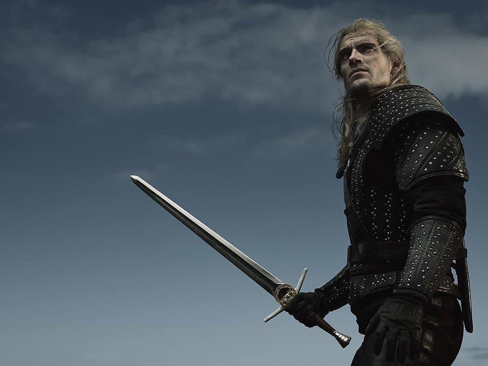 Henry Cavill alza su espada como Geralt de Rivia en una nueva foto 2