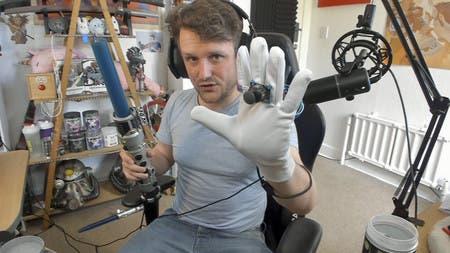 Usuario juega a Star Wars Jedi: Fallen Order con un sable láser de juguete 3