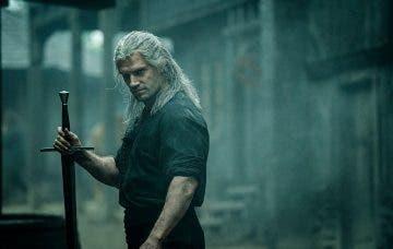 Henry Cavill nos explica cómo son las espadas que utiliza en The Witcher, la serie de Netflix